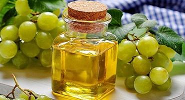 Масло виноградных косточек открывает поры и смягчает кожу